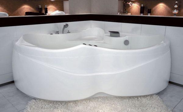 Акриловая ванна Aquanet Bellona 165х165 без гидромассажа в интерьере.