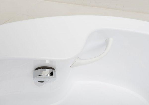 Акриловая ванна Aquanet Capri 170х110 без гидромассажа L в интерьере.