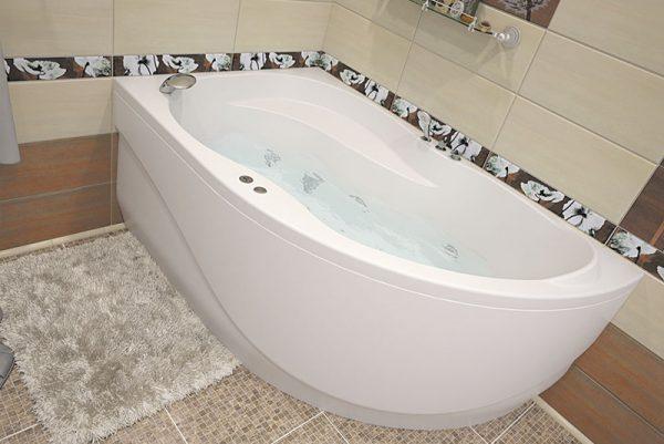 Акриловая ванна Aquanet Graciosa 150х90 без гидромассажа L в ванной комнате.