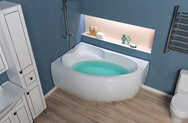 Акриловая ванна Aquanet Sarezo 160х100 без гидромассажа L в ванной комнате.